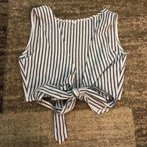 Cute summer top ties in the front, never worn.